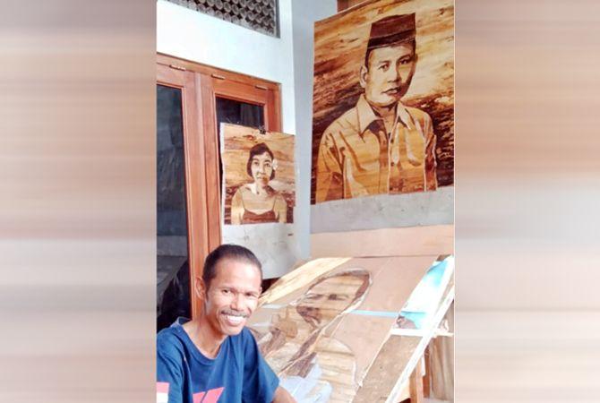 KREATIF: Gunawan bersama sejumlah karya lukisannya berbahan pelepah pisang.