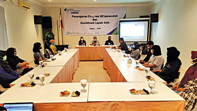 SOSIALISASIKAN: BPJAMSOSTEK Jepara menggelar sosialisasi progam BPJamsostek dan Lapak Asik bagi perusahaan, baru-baru ini.