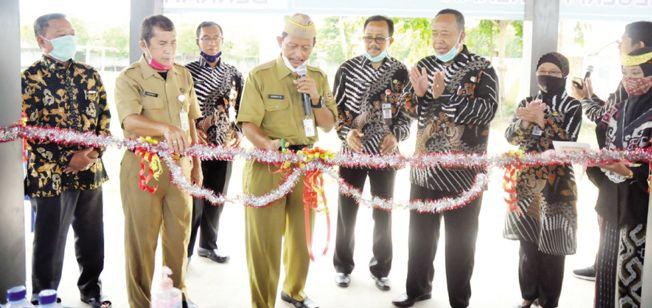 INOVATIF: Kepala Cabang Dinas Pendidikan Wilayah III Provinsi Jawa Tengah (Jateng) Sunoto meresmikan rumah kompos SMAN 1 Jakenan kemarin (23/11).