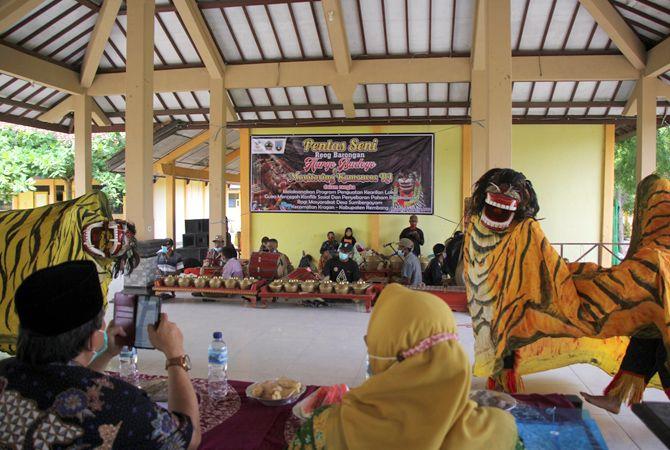 KEARIFAN LOKAL: Pemain reog barongan Hargo Budoyo dari Desa Sumbergayam, Kecamatan Kragan pentas di pendapa SMAN 1 Kragan menyambut perwakilan dari Kementerian Sosial kemarin.