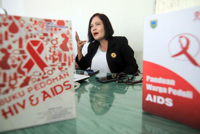 LAWAN HIV/AIDS: Koordinator KPAD Kabupaten Kudus Eni Mardiyanti saat menjelaskan penemuan empat remaja terinfeksi HIV.