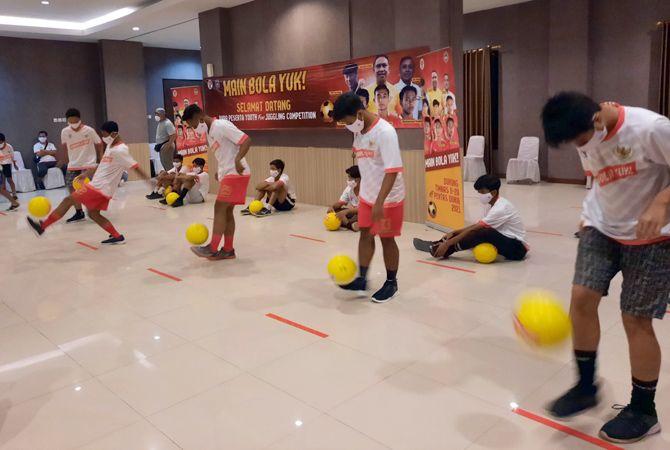 TIMANG BOLA: Puluhan anak-anak mengikuti kompetisi Youth Fun Juggling di Kyriad Grand Master Purwodadi (5/12) lalu.