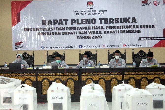 MASIH BERPROSES: Jajaran Komisi Pemilihan Umum (KPU) Rembang melaksanakan rekapitulasi tingkat kabupaten kemarin.