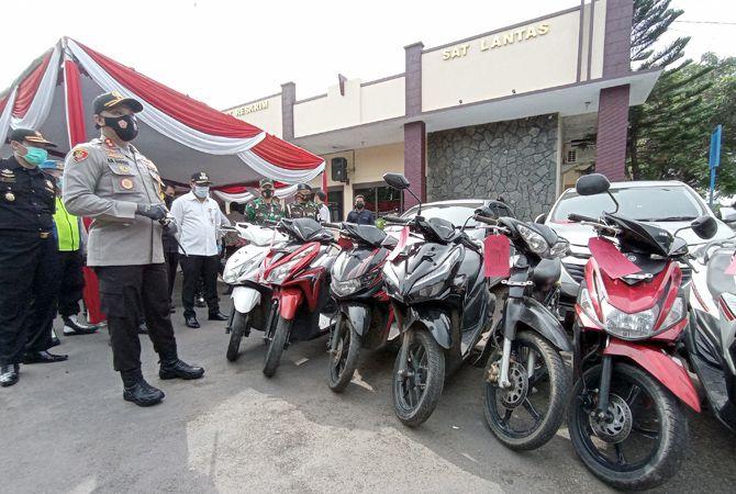 CURANMOR: Kapolres AKBP Ari Prasetya Syafaat melihat barang bukti kendaraan hasil pencurian.