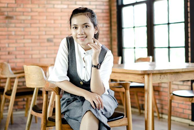 SANTAI: Anifana Risqi menikmati suasana di sebuah kafe sambil menunggu teman-temannya datang.