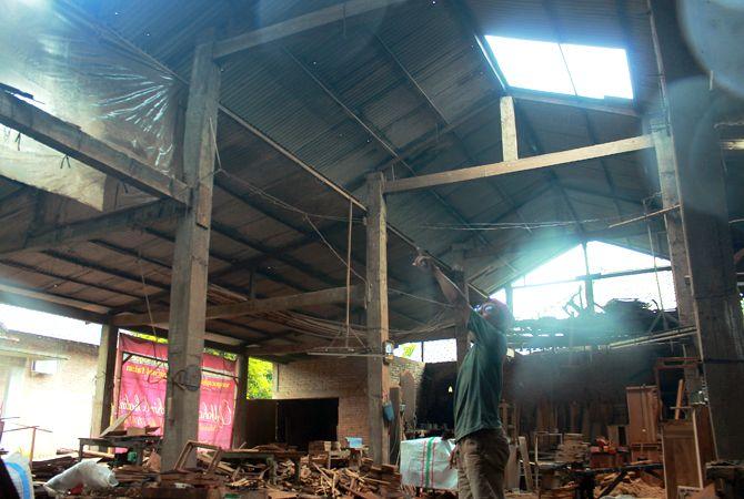 BOLONG: Warga menunjukkan bagian atap rumahnya yang hilang tersapu angin puting beliung di Desa Langon, Kecamatan Tahunan kemarin (7/1).