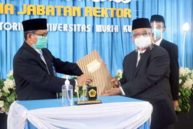 RESMI DISERAHKAN: Serah terima jabatan rektor Universitas Muria Kudus dari rektor lama Dr Suparnyo kepada rektor baru Prof Darsono MSi.