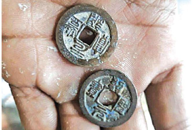 BENDA KUNO: Koin bertuliskan Kanji Tiongkok ditemukan di Desa Megulung, Kecamatan Sumber.