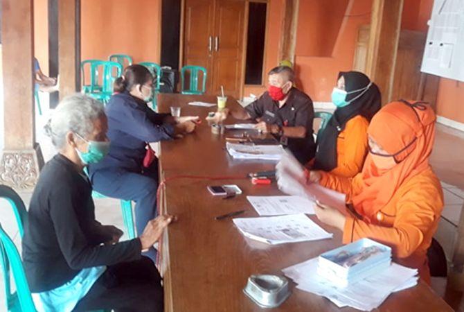 CAIR: Warga mencairkan bantuan sosial tunai di Desa Godan, Kecamatan Tawangharjo, Selasa (12/1).