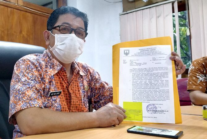 INKRAH: Asisten 1 Setda Kudus Agus Budi Satrio menunjukkan surat salinan laporan perkembangan kasus hukum Bupati Kudus nonaktif M. Tamzil untuk gubernur Jateng kemarin.