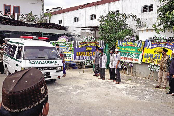 BERKABUNG: Mobil ambulans menghantarkan jenazah Mbah Datuk ke pemakaman kemarin.