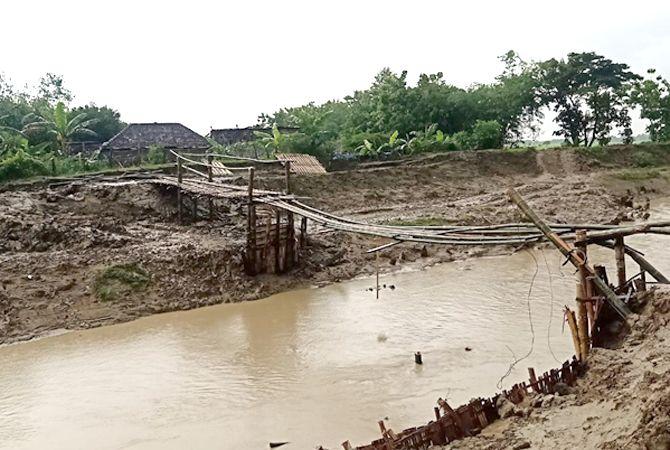 BELUM SELESAI: Jembatan darurat penghubung Desa Anggaswangi dengan Desa Gundi, Godong, Grobogan, dibangun swadaya warga setempat kemarin.