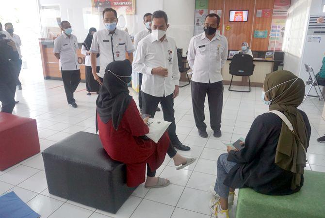 KOMITMEN MELAYANI : Bupati Haryanto ditemani Asisten Pemerintahan Muhtar meninjau mal pelayanan publik pagi kemarin.