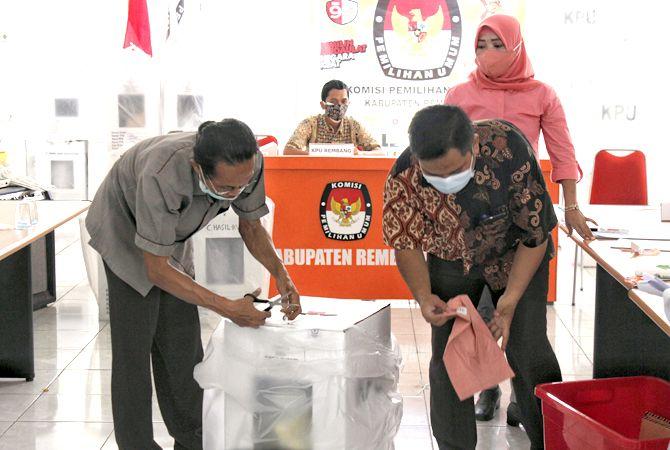 HATI-HATI: Petugas KPU Rembang membuka kotak suara kemarin.