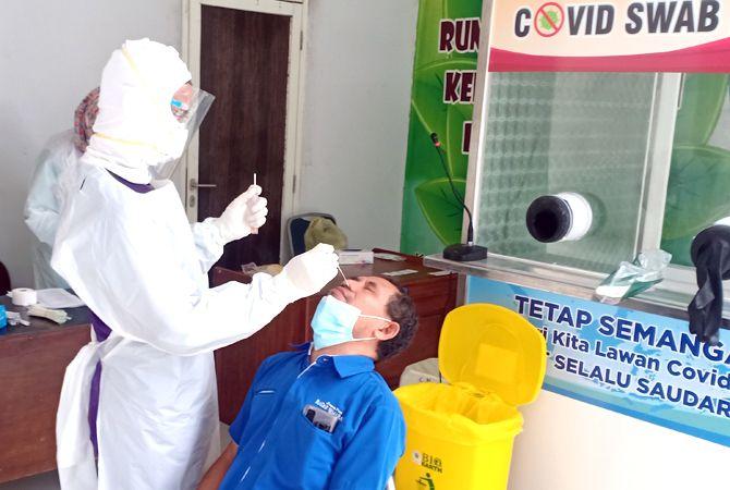 BERDEBAR: Direktur Jawa Pos Radar Kudus Baehaqi berdebar saat swab PCR.