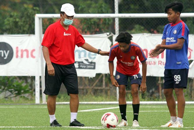 JOIN: Jaya Hartono langsung bertugas menangani tim SPFA Harimau U-15 di training ground Gelora Mojoagung Trangkil.