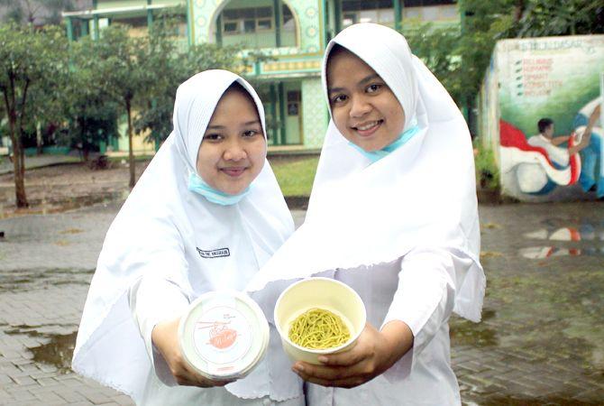 INOVASI: Devi Widuri Wijayanti dan Endah Dwi Anggraini menunjukkan mie dari latoh hasil penelitian mereka.