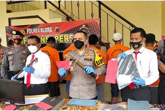 BAWA SAJAM: Kapolres Blora AKBP Wiraga Dimas Tama bersama jajarannya menunjukkan barang bukti aksi kejahatan pembalakan liar kemarin.