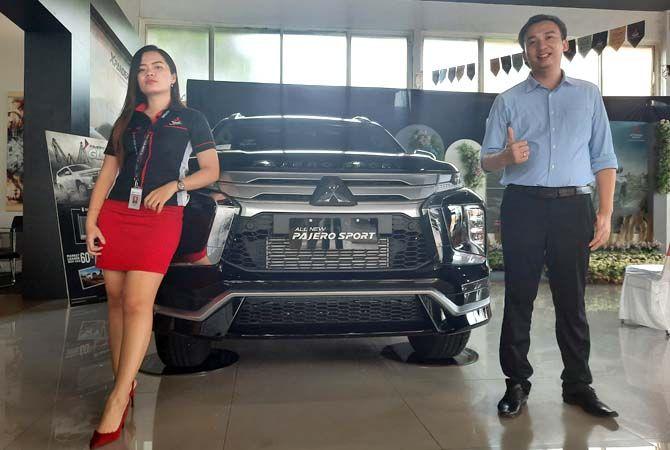 NEW PERFORMANCE: Branch Manager Mitsubhi PT Sun Star Motor Kudus, Jepara, dan Rembang Mario Pradana Putra (kanan) foto bersama Sales Marketing di depan New Pajero Sport kemarin.