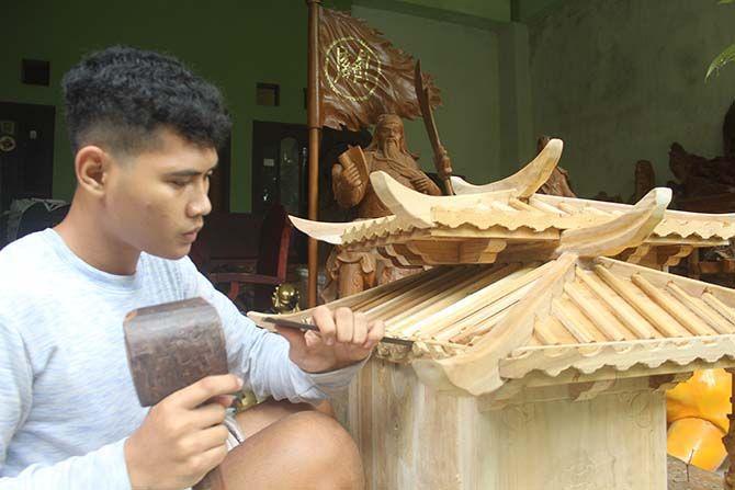 TINGKATKAN KESEJAHTERAAN: Seorang pengukir sedang menyelesaikan pekerjaannya. Para perajin kayu ini, bisa mendapat sertifikasi yang berguna meningkatkan kesejahteraan mereka.