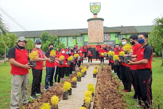 PENGHIJAUAN: Guru SMAN 1 Wirosari melakukan penanaman pohon di lingkungan sekolah belum lama ini.