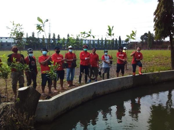 PEDULI LINGKUNGAN: Anggota DPRD Kudus yang juga pengurus DPC PDI Perjuangan Kudus Yusuf Roni bersama pengurus lainnya menanam pohon.