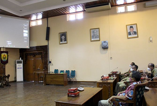 DENGARKAN PAPARAN: Ketua DPRD Grobogan Agus Siswanto bersama Sekda Sumarsono dan OPD terkait mendengarkan penyampaian pokok pikiran.
