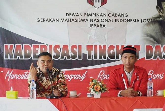 Ketua Persatuan Alumni GMNI Jepara Andi Rokhmat (kiri)dalam pembukaan acara kaderisasi