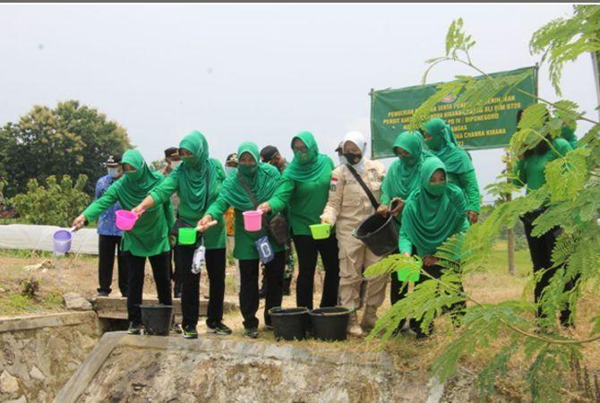 KOMPAK: Aksi Persit KCK Cabang XLI Kodim 0720/Rembang menebar benih ikan nila di embung Nganten, Desa Gambiran, Pamotan.