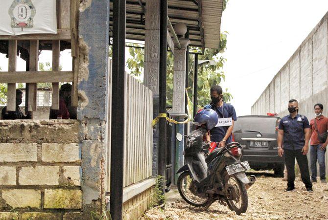 TERSANGKA TUNGGAL: Sumani, tersangka pembunuhan Dalang Anom Subekti beserta keluarga menjalani rekonstruksi di rumah sang dalang baru-baru ini.