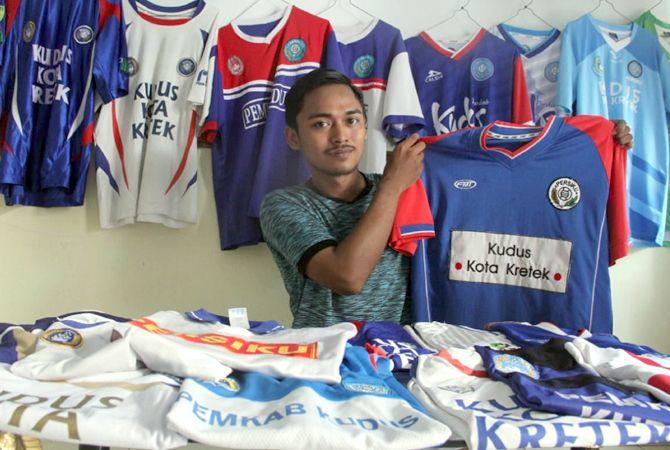 LESTARIKAN SEJARAH: Muhammad Teguh Usti Prasetya memperlihatkan jersey Persiku koleksinya.