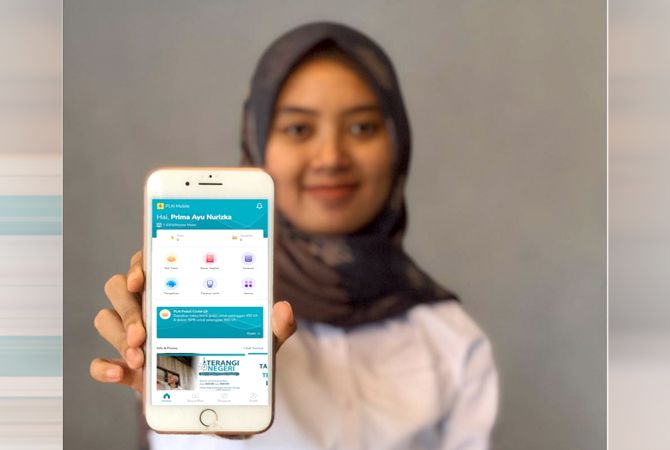 LEBIH PRAKTIS: Pegawai PLN menunjukan aplikasi new PLN mobile yang diakses pelanggan dalam hal layanan maupun pengaduan.