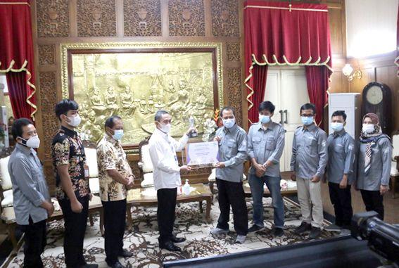 AWARD: Bupati Pati Haryanto menerima Radar Kudus Award 2020 yang disampaikan Direktur Jawa Pos Radar Kudus Baehaqi belum lama ini.