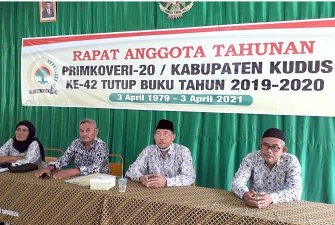 SIBUK: Sejumlah pengurus memandu gelaran Rapat Anggota Tahunan (RAT) Primkoveri Sabtu (3/4).