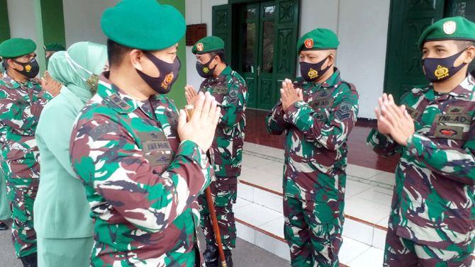 SELAMAT: Dandim 0717/Purwodadi Letkol Inf Asman Mokoginta memberi selamat ke anggota yang naik pangkat.