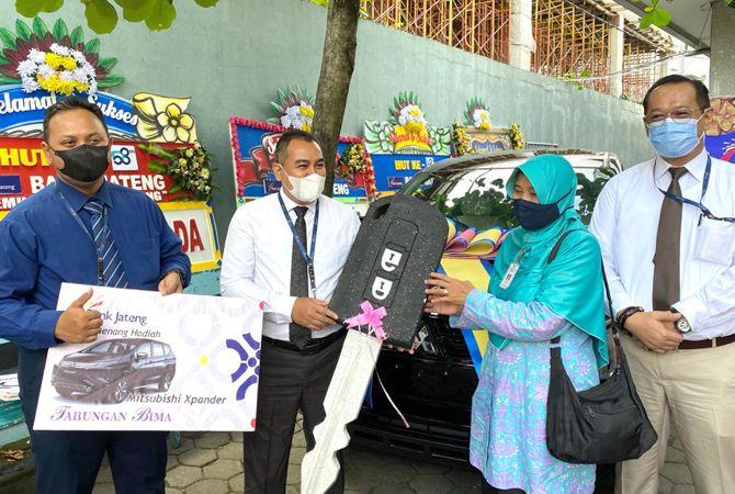 HADIAH UTAMA: Heri Supriyanto, pemimpin Bank Jateng Cabang Kudus menyerahkan hadiah utama satu unit Mitsubishi Xpander kepada Sri Rejeki, nasabah Bank Jateng Cabang Kudus.