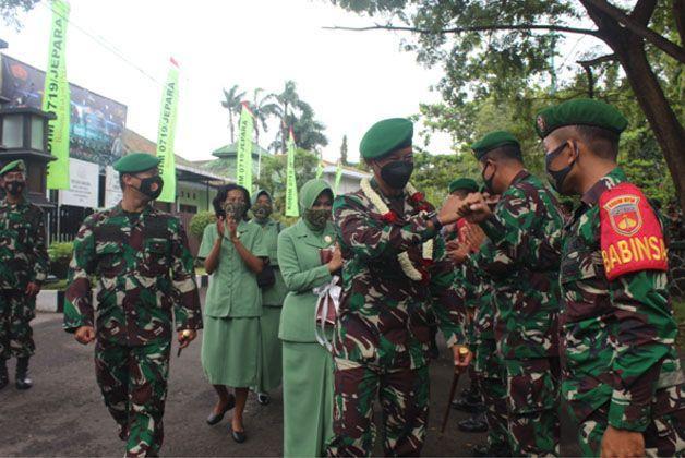 TANAMKAN NILAI-NILAI: Danrem 073/Makutarama (tiga dari kanan) disambut prajurit TNI Kodim 0719/Jepara kemarin.