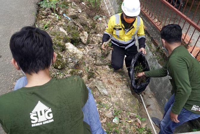 TINGKATKAN KESEHATAN: PT Semen Gresik melalui program CSR SG Sehat menggelar gotong royong bersih desa di Desa Kadiwono, Bulu, Rembang, kemarin.