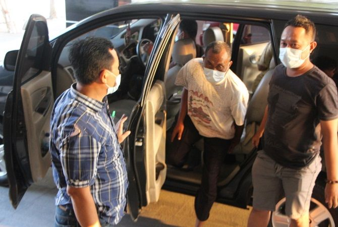DIANTAR: Hendro (tengah, baju putih) tersangka korupsi dibawa ke Kejari Pati kemarin (8/4).