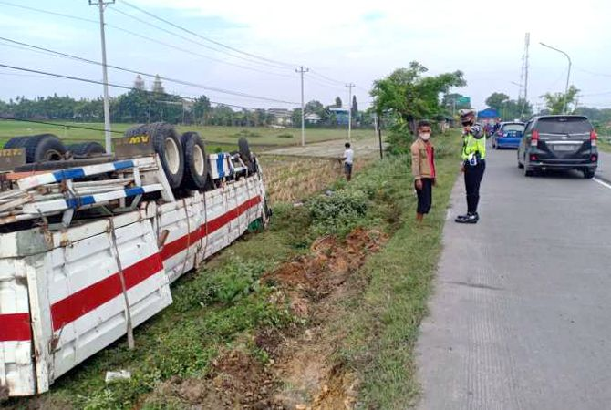 TERGULING: Truk tronton terguling di Jalan Raya Purwodadi-Semarang tepatnya di Desa Penawangan.