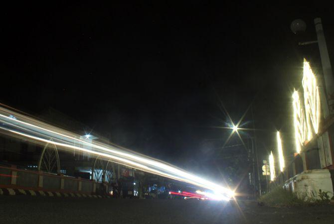 GELAP: Kondisi jembatan sebelah timur DPRD Jepara. Lampu LED strip di sisi utara mati lebih dari sebulan lalu.