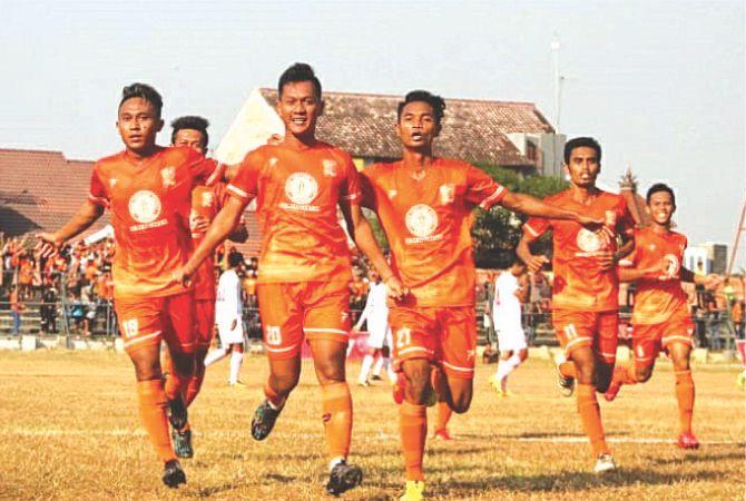 GEMBIRA: Para pemain PSIR melakukan selebrasi saat mengikuti laga beberapa tahun lalu.