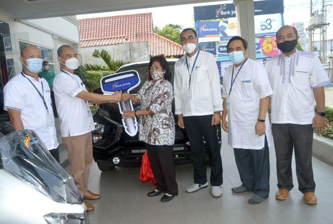 SERAHKAN HADIAH: Pemimpin Bank Jateng Cabang Blora Tri Nugroho menyerahkan Mobil Mitsubishi Xpander kepada Ngapinah, warga Randublatung, Blora, Jumat (16/4). Ngapinah menjadi pemenang hadiah utama undian Tabungan Bima Periode II Tahun 2020.