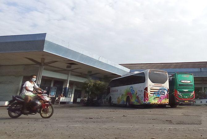 SIAP BERANGKAT: Bus jurusan Jakarta parkir di kawasan Terminal Jepara sebelum berangkat kemarin sore.