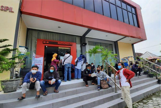 RAMAI: Kemarin, Dispendukcapil Grobogan diserbu warga yang meminta legalisasi untuk mendaftar perangkat desa.
