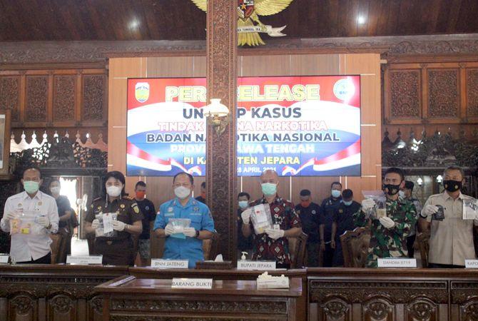 BARANG BUKTI: Bupati Jepara dan pihak lain menunjukkan barang bukti narkoba dari tersangka.