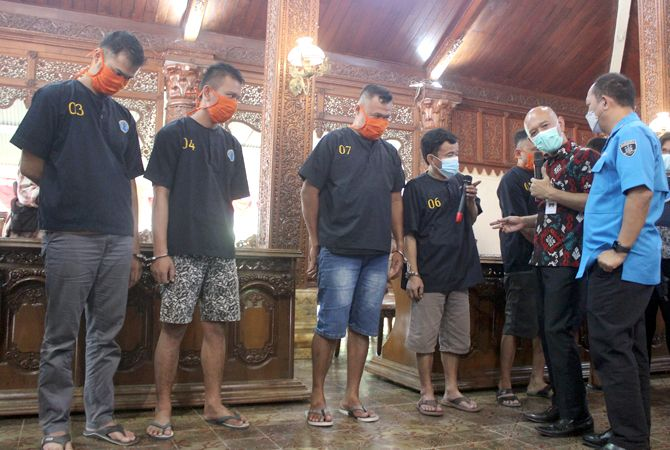 MEMPRIHATINKAN: Bupati Jepara Dian Kristiandi (dua dari kanan) berkomunikasi dengan tersangka peredaran narkoba di Jepara.