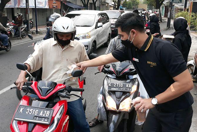 BERBAGI BERSAMA: Karyawan @HOM Hotel Kudus membagi paket 1.000 takjil di jalan Tanjung kemarin sore.