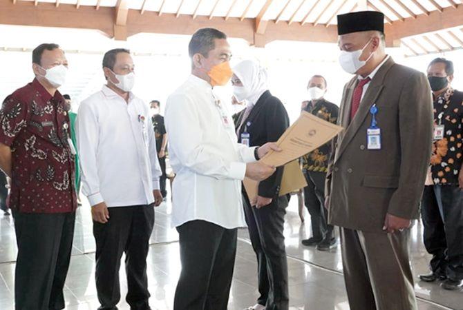 DILANTIK: Bupati Pati menandatangani surat pelantikan Pj Kades di Pendapa Kabupaten Pati kemarin (30/4).