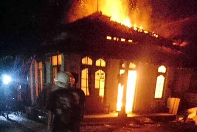 TERBAKAR: Rumah milik Dede Setyawan terbakar saat ditinggal ke Pasar Brayung. Diduga kebakaran karena korsleting listrik.
